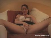 Перед сексом втроём влажная домохозяйка мастурбирует киску в постели
