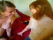 Рыжеволосая лесбиянка онлайн развлекается с подругой перед вебкамерой