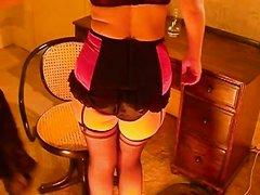 Проститутка в нижнем белье и чулках в домашнем видео позирует и делает минет