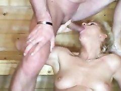 Немецкая зрелая блондинка вызвала в сауну молодого любовника для секса