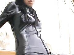 Немецкая госпожа в латексе устроила женское доминирование в любительском видео