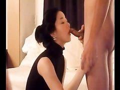 Азиатская домохозяйка в видео делает минет мужу вечером в постели перед интимом