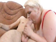 Жирная и зрелая блондинка в домашнем видео развлекается с худым студентом