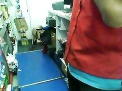 Молодая смуглянка в жарком видео делает домашний минет встав на коленки