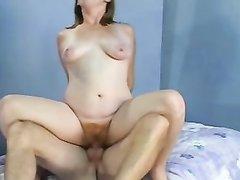 Рыжая подруга с волосатой киской не против любительского секса с минетом и куни