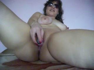 Зрелая толстуха с широкими бёдрами любит мастурбировать секс игрушкой