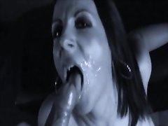 Горячая брюнетка делает глубокую глотку и глотает сперму бесплатно своему любовнику