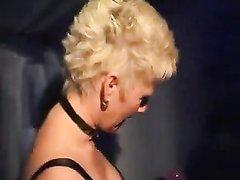 Зрелая немка в чулках в домашнем видео показывает дырки и подставляет лицо для спермы