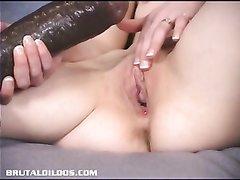 Огромный чёрный фаллос в видео помогает худой шалаве кончить от любительской мастурбации