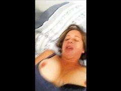 Дама с широкими бёдрами снята на видео мобильником во время любительской мастурбации