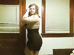 Фигуристая пышка с большими сиськами в видео горячо двигается на вебкамеру