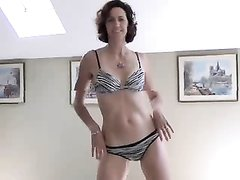 Худая зрелая модель раздеваясь показывает стриптиз для домашнего видео