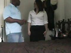 Мускулистый негр в домашнем видео резво натягивает белую дамочку в очках