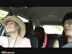 В салоне авто немецкая блондинка бесплатно отдалась очкастому водителю