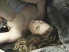 Белая домохозяйка пригласила темнокожего любовника для страстного секса