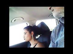 Молодая итальянка в салоне автомобиля для любительского видео делает минет