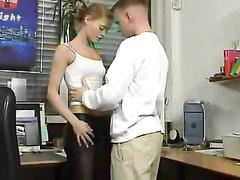 Молодая сотрудница в офисе предложила секс любовнику в обеденный перерыв