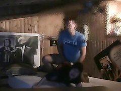 Строптивая азиатка в интимном видео страстно долбится с любовником на кровати