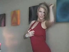 Модель разделась для домашнего видео и показала сладкие и пьянящие прелести