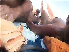 Загорелая туристка на видео мастурбирует на общественном пляже под жарким солнцем