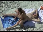 Влюблённая пара не может на пляже долго находиться без страстного секса