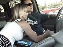Пассажирка блондинка бесплатно делает водителю любительский минет в машине