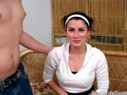 Скромная брюнетка в любительском видео сосёт член и долбится с поклонником
