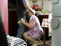 Толстая домохозяйка в любительском видео сосёт член дежурного сантехника