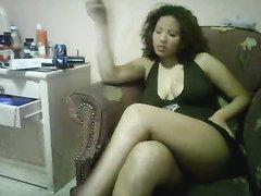 Арабская красотка с широкими бёдрами в видео с БДСМ ублажает партнёра ногами