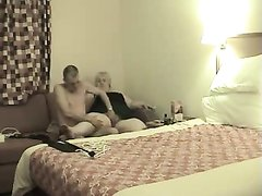 Зрелая толстуха для домашнего секса нарядила партнёра в женские чулочки