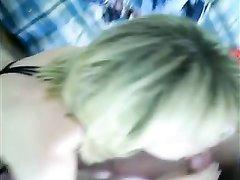 Русская блондинка в любительском видео от первого лица сосёт член для буккакэ