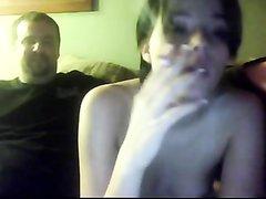 Молодая пара влюблённых предпочитает домашний секс перед вебкамерой