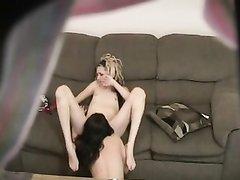 Домашний секс горячих лесбиянок в 69 позе на диване снимает скрытая камера
