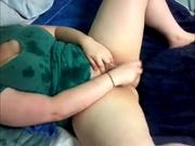 Толстуха с широкими бёдрами секс игрушкой трахает себя напротив вебкамеры