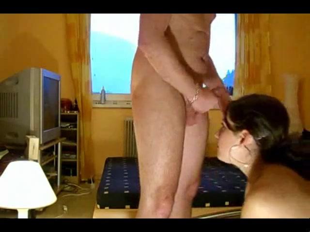 Молодая и красивая шлюха в видео делает любительский минет зрелому клиенту