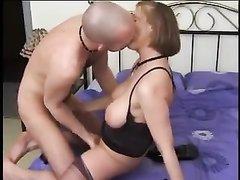 Зрелая госпожа устроила любовнику женское доминирование перед видео камерой