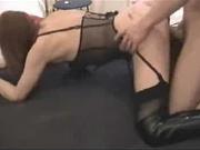 Кавалер в домашнем видео обильно кончил в рот зрелой проститутке в чулках