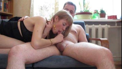 Нежная блондинка в домашнем видео делает минет и садится на скользкий член