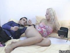 Шикарная блондинка после домашнего минета стонет в постели от нежного секса