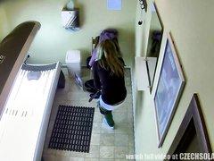 В солярии скрытая камера снимает любительское видео с симпатичной клиенткой