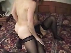 В постели зрелые лесбиянки делают любительский куни во время нежного секса