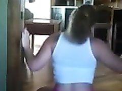 Молодая красотка с упругой попой онлайн танцует на вебкамеру для поклонника