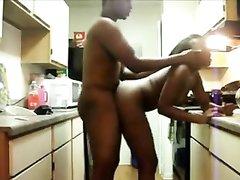 По утрам негритянская пара любит расслабляющий секс на кухне в положении стоя