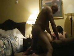 Зрелая британка для любительского секса пригласила знакомого негра в спальню