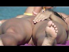 Загорелая брюнетка на нудистском пляже снята на любительское видео незнакомцем