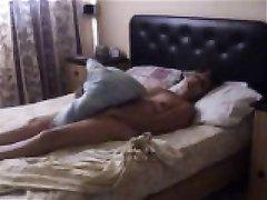 Любительская скрытая камера в спальне вечером снимает мастурбацию на видео