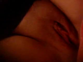 Нежными пальчиками красотка устроила домашнюю мастурбацию на видео камеру