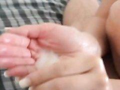 Нежная домохозяйка на видео дрочит член и набирает в ладошки порцию спермы