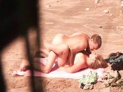 Пляжный секс влюблённой пары подглядывает неизвестный оператор с камерой