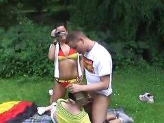 Немецкая пара с камерой выбралась на пикник с любительским сексом на поляне